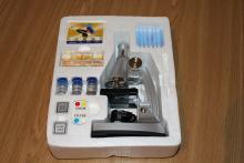 Содержимое коробки с микроскопом